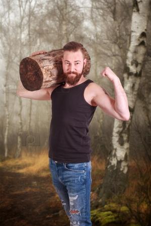 Мускулистый мужчина с бородой