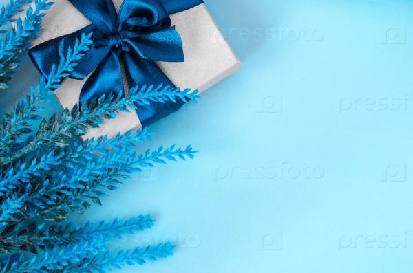 Подарочная коробка и лаванда на синем фоне