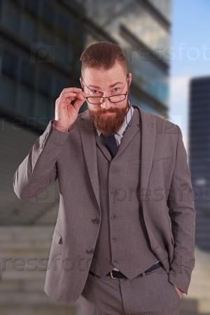 Деловой человек с окладистой бородой