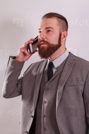 Успешный бизнесмен с мобильным телефоном