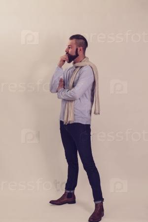 Задумчивый мужчина с бородой