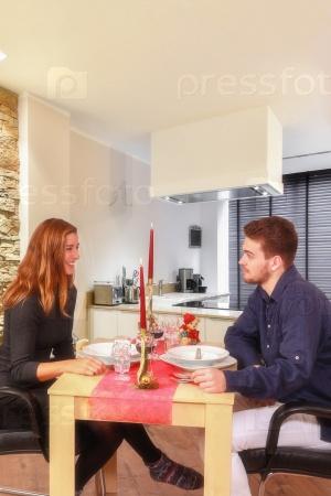 Молодая пара за праздничным столом