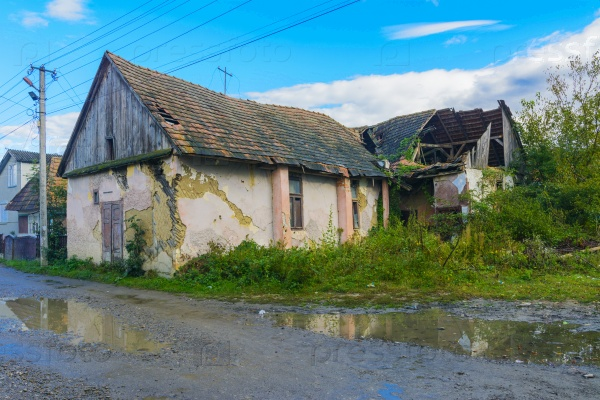 Старый заброшенный дом на краю деревни