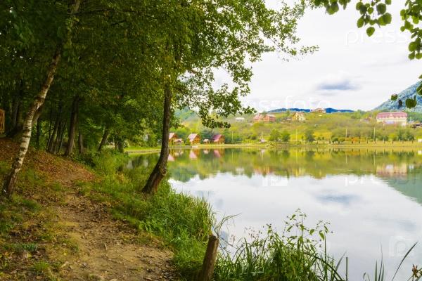 Озеро в горах для отдыха и рыбалки