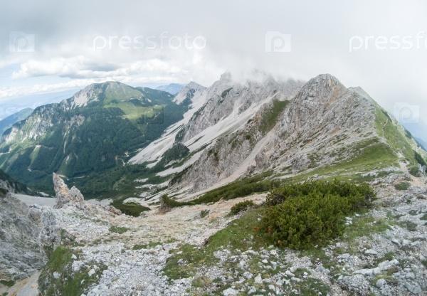 Красивый летний горный пейзаж с облачным небом
