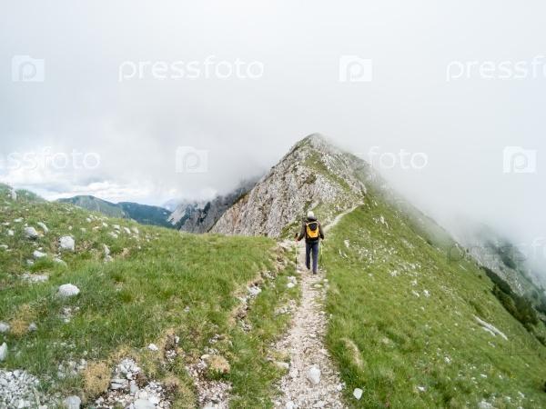 Красивый летний горный пейзаж с путешественником