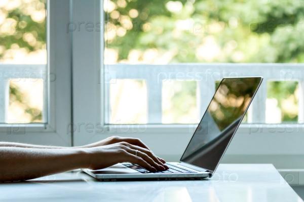 Портативный компьютер и женские руки