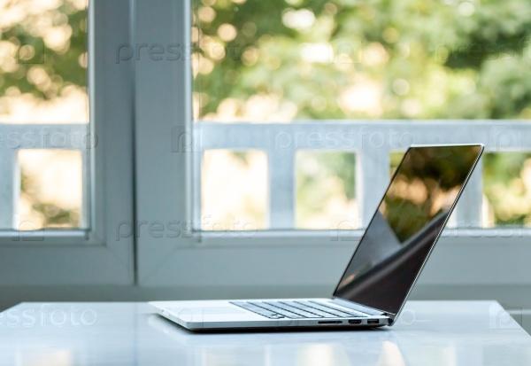 Ноутбук возле окна