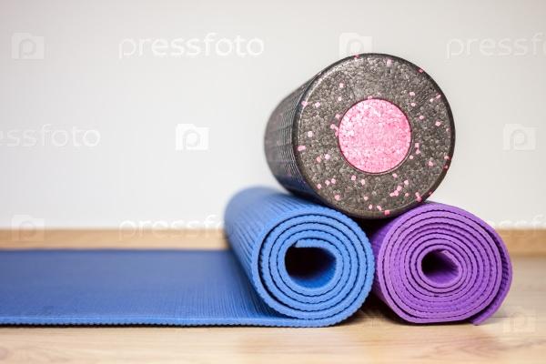 Фитнес-коврики и валик