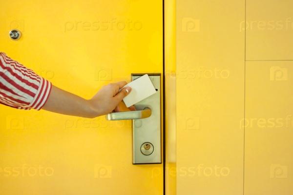 Открытие желтой двери