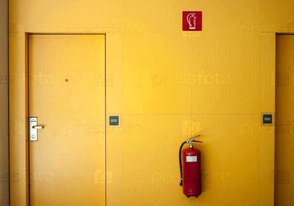 Желтая дверь отеля