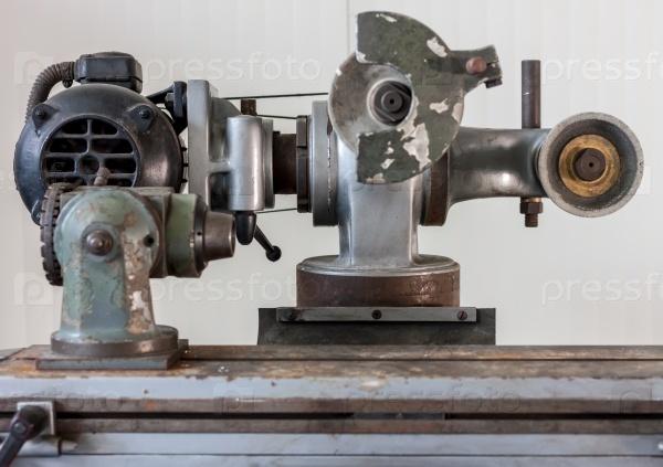 Промышленный шлифовальный станок на старой фабрике