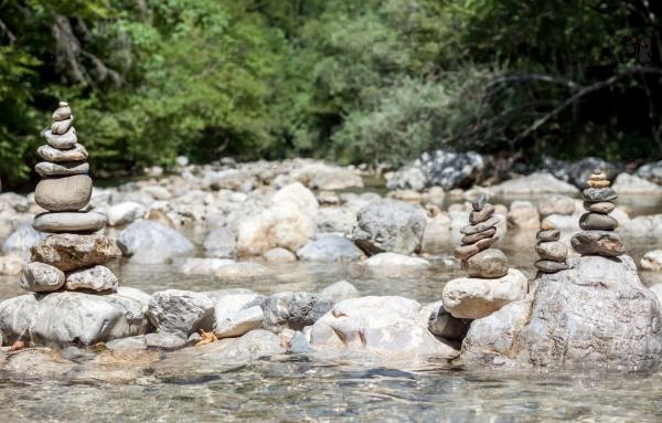 Каменная пирамида на горной реке