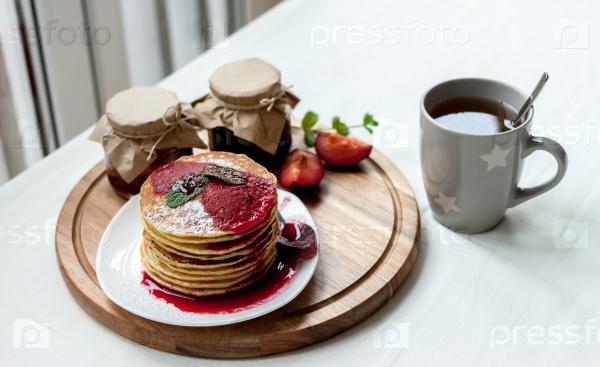 Блины с вареньем на завтрак