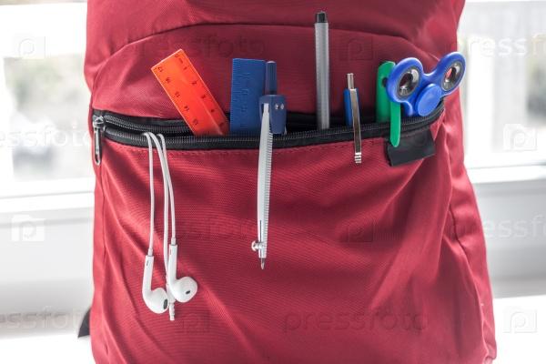 Красный рюкзак школьный