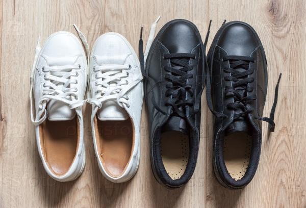 Белые и черные кроссовки
