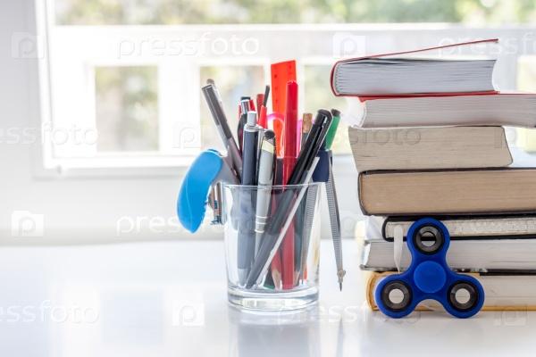 Рабочий стол с канцелярией и книгами