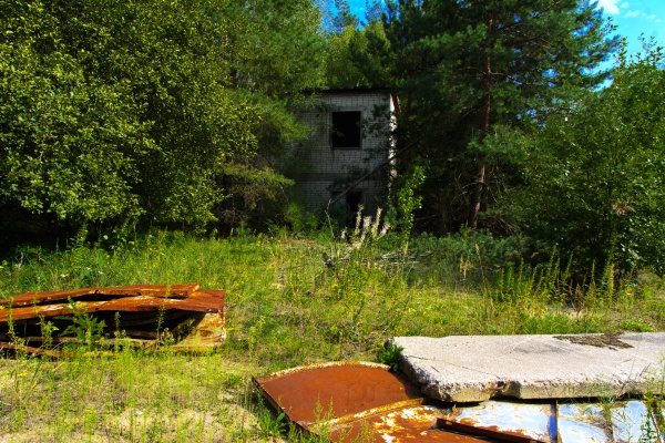Старый заброшенный гараж для ремонта транспортных средств