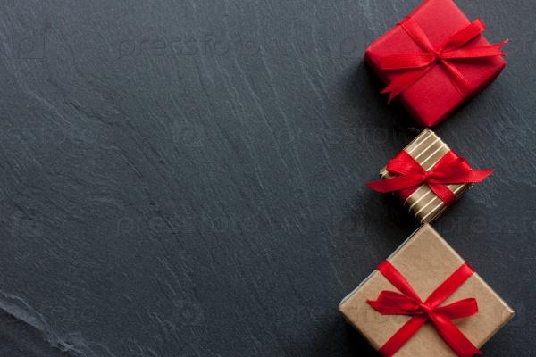 Красивые подарочные коробки на черном фоне