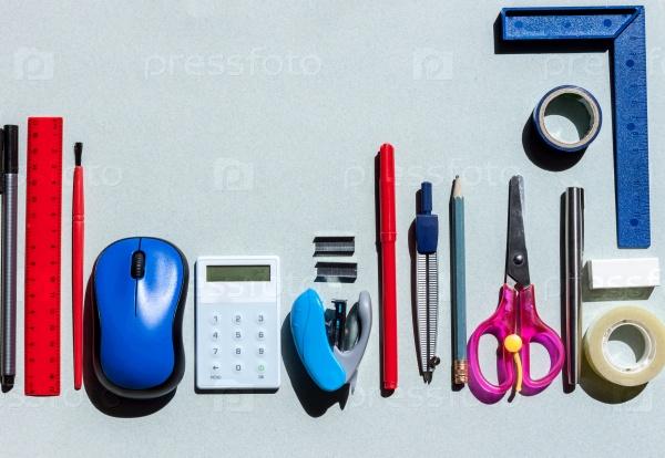 Школьные принадлежности на синем фоне бумаги