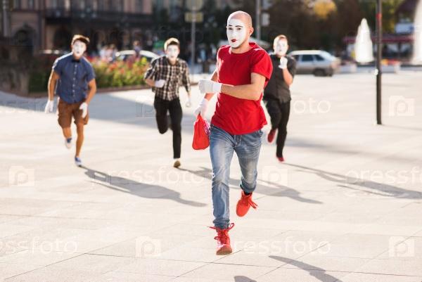 Группа мимов в центре города