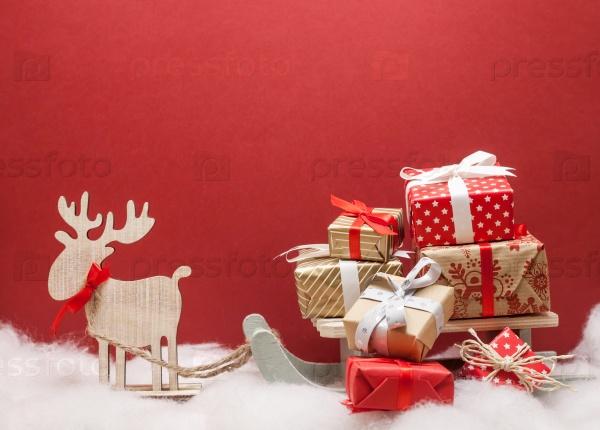 Рождественский олень с санями и подарками