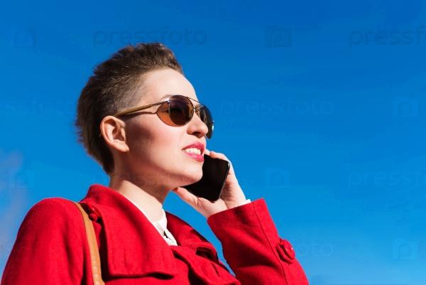 Девушка с телефоном на размытом фоне