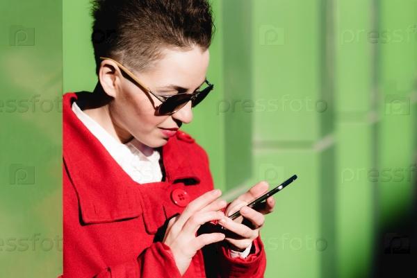 Девушка с мобильным телефоном на улице
