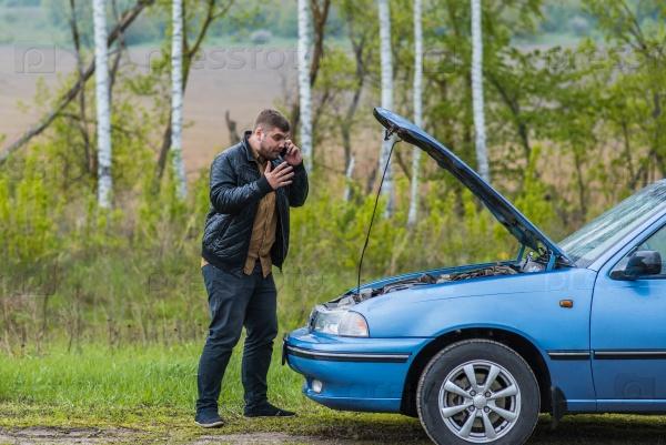 Нервный водитель звонит в службу по телефону