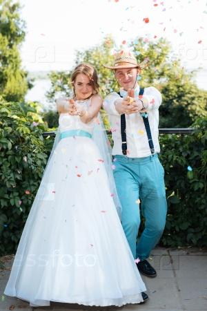 Жених и невеста позируют для камеры