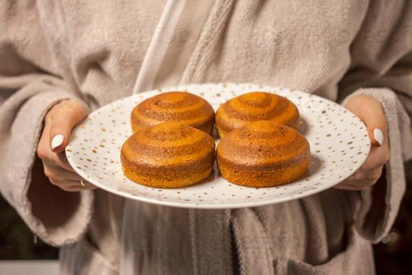 Домашние торты на праздничной тарелке