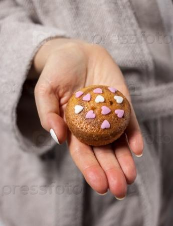 Домашний торт в руке