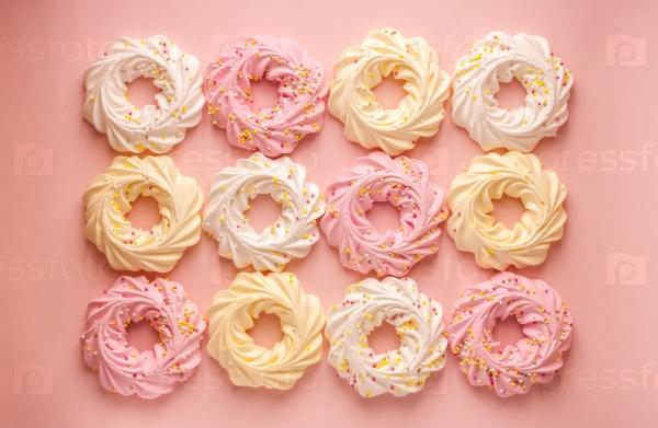 Красочное печенье на розовом фоновом