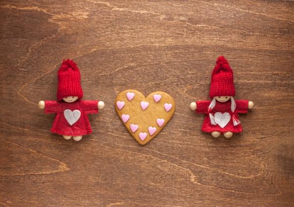 Пара игрушек и сердца печенье