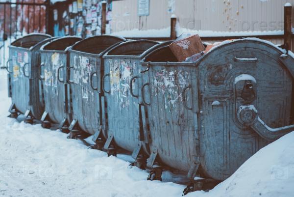 Старые металлические мусорные баки