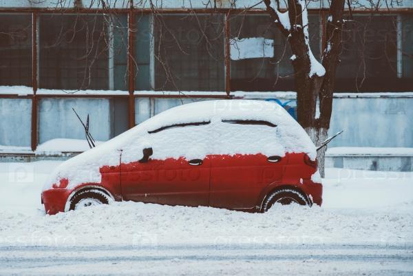 Припаркованный автомобиль под снегом