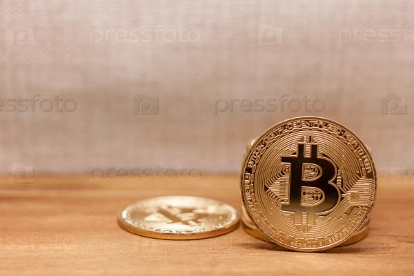 Золотые монеты биткоин