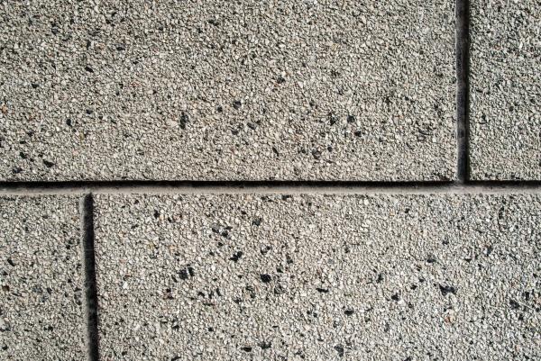 Облицовка стены сделана из маленьких кусочков камней