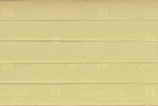 Поверхность кирпичной кладки окрашена желтой краской
