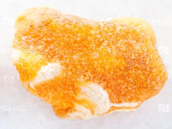Сырой янтарь камень на белом мраморе