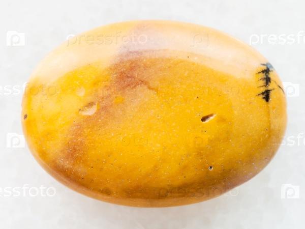Кабошон из желтого мукаита