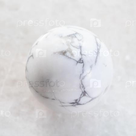 Хаолит на белом мраморе