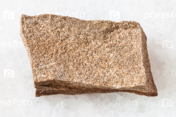 Полимиктовый песчаник камень на белом