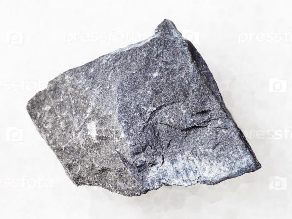 Грубый аргиллит камень на белом