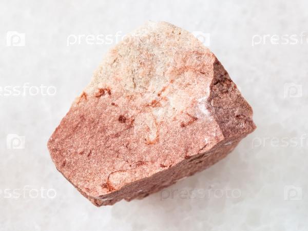 Сырой известковый песчаник камень на белом