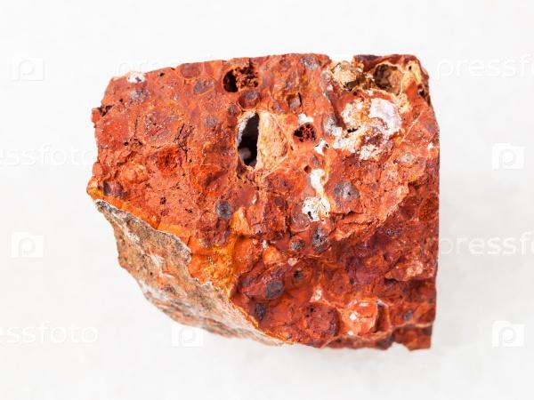 Грубый красный боксит камень на белом