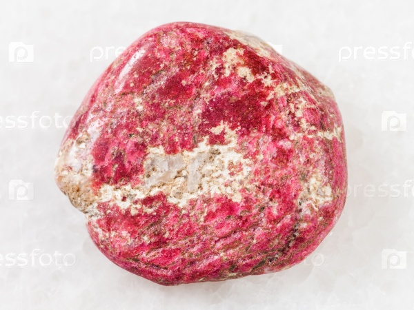 Тулит камень на белом