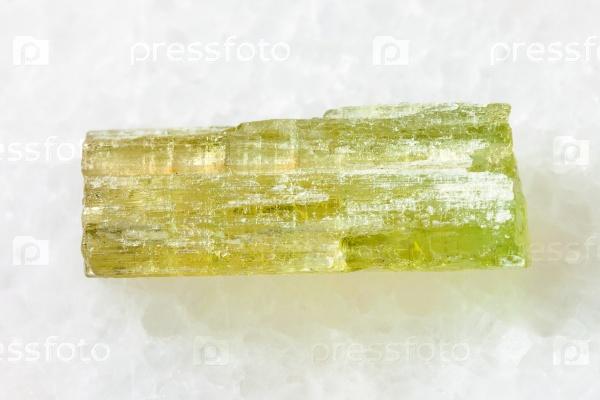Сырые кристаллы гелиодора (желтый берилл) на белом