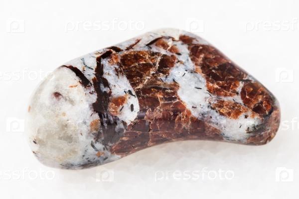 Эвдиалит в сиените камень на белом