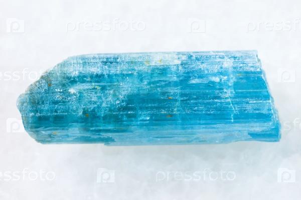 Грубый кристалл аквамарина (голубого берилла) на белом